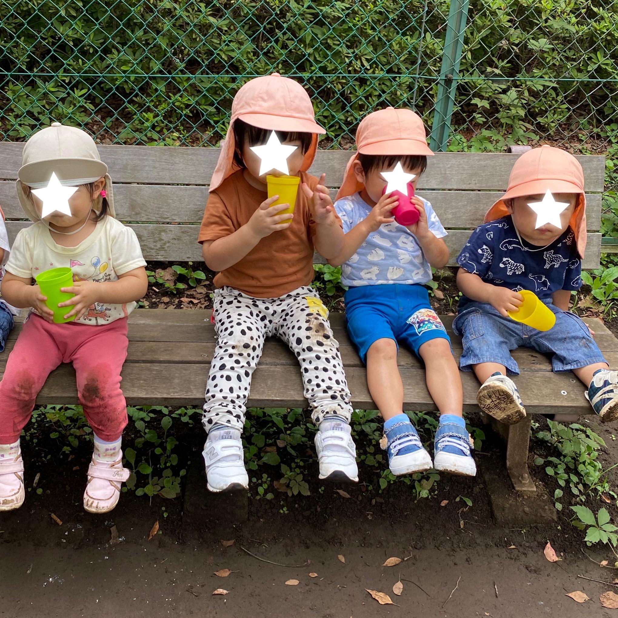 麦茶を飲む子どもたち